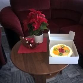 Předání dortu vítězné buňce číslo 23 za příkladný pořádek ve společných prostorách